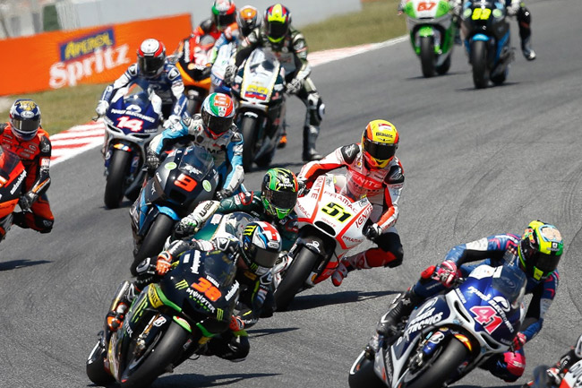 The MotoGP field flows into a downhill section of the Catalunya circuit on the opening lap. Image: MotoGP.com.